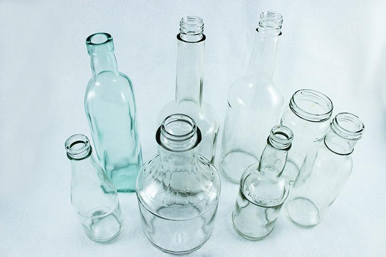 As garrafas de vidro são o tamanho perfeito para vasos bud.