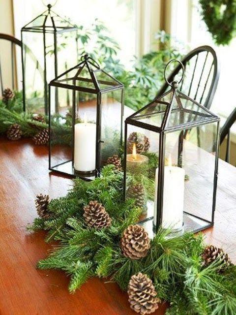 ein evergreen Tischläufer mit tannenzapfen und Kerze Laternen erinnern an den winter und die kommenden Feiertage