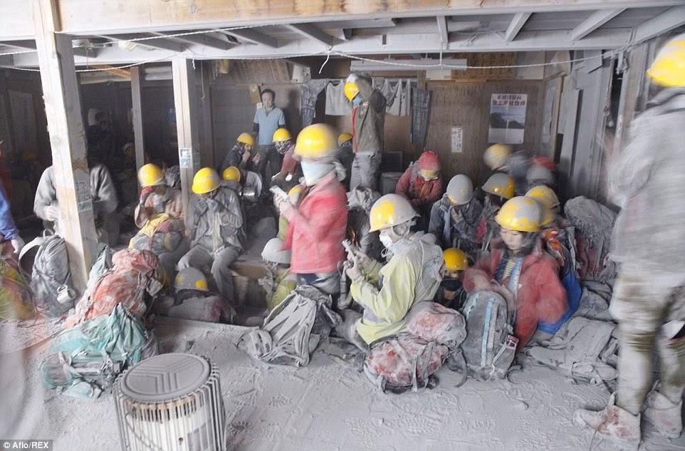 Randonneurs encore recouvertes de cendres mortelle cherchent refuge dans la cabine sur la montagne à la suite des éruptions frais de Mont Ontake, environ 125 miles de Tokyo