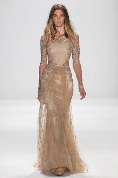 Modelo camina la pasarela en el fashion show de Badgley Mischka — Foto de Stock #57868765