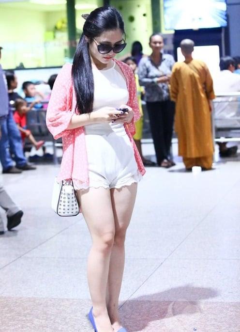 Hình ảnh Hương Tràm diện áo yếm bó sát, mỏng tanh ở sân bay số 2