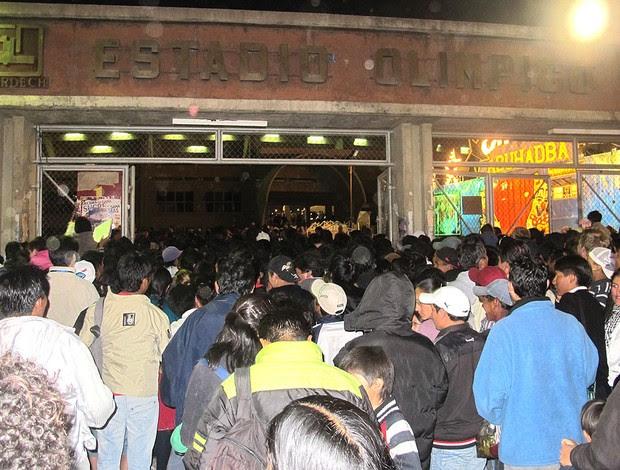Invasão da torcida no estádio Patria na Bolívia (Foto: Richard Souza / GLOBOESPORTE.COM)