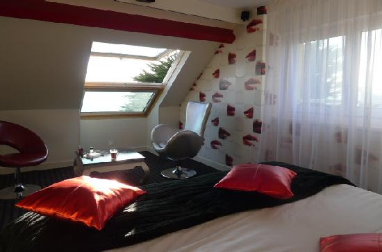 petit salon avec couchage d'appoint - Picture of Le Regent Hotel ...