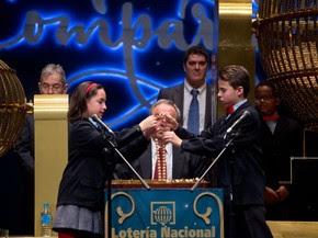 Alunos da escola San Ildefonso participam do sorteio dos números da loteria de Natal 'El Gordo', no Teatro Real em Madri, na Espanha, na terça (22) (Foto: AFP Photo/Pierre-Philippe Marcou)