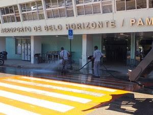 Funcionários do aeroporto lavam entrada do saguão (Foto: Alex Araújo/G1)