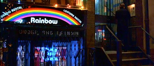"""El nombre de la tienda donde Bill alquila su traje ritual elite: """"Rainbow"""". El nombre de la tienda de debajo de ella: """"Under the Rainbow""""."""
