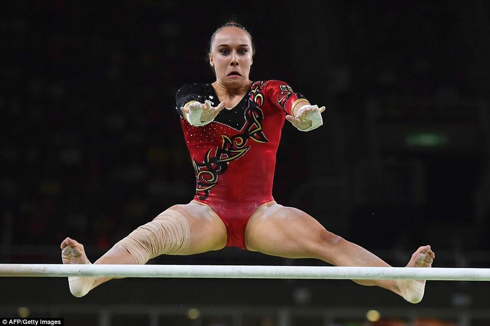 da Alemanha Tabea Alt voa através do ar nas barras assimétricas como ela ajudou o país se qualificar para a final da equipe