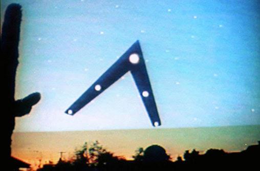 """saksi mata ini menyebut mereka melihat pesawat berformasi segitiga atau """"V"""" terbang di atas kota Phoenix, Arizona, pada malam 13 Maret 1997"""