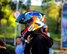 Gambar Orang Pakai Helm Keren