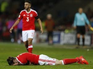 Gareth Bale caído no chão lamentando chance perdida por País de Gales (Foto: Reuters / Matthew Childs)