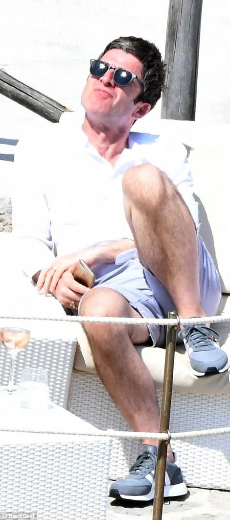 Contemplando as coisas?  Noel parecia bastante pensativo enquanto segurava seu telefone na mão um dia antes do furioso Twitter de Liam