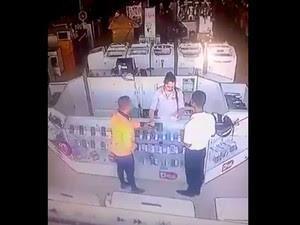 Vídeo flagrou homem entregando bilhete a funcionária no oeste da BA (Foto: Ivan Gehlen / BlogBraga)