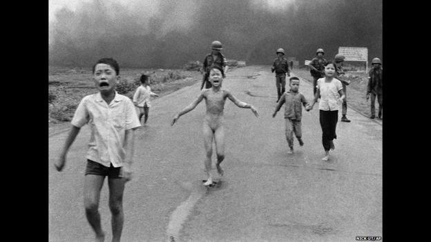 Niños vietnamitas escapan de un ataque con Napalm. Nick Ut/AP.