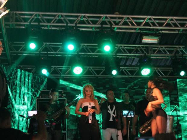 Joelma estava bem abatida com a presença de Chimbinha no palco  (Foto: Amanda Dourado)