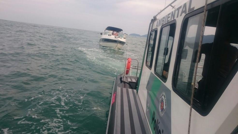 Lancha ficou à deriva no mar (Foto: Divulgação/Polícia Ambiental)