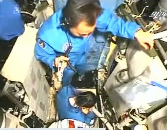 Los astronautas en el módulo orbital de la Shenzhou antes de entrar en la Tiangong 2.