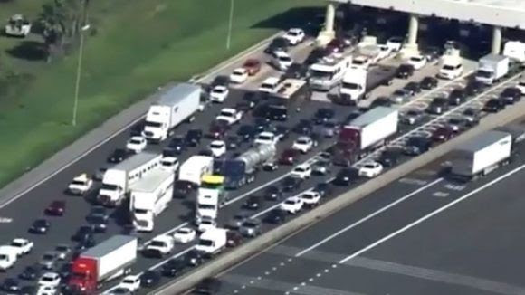 Largas colas de carros en Orlando, Florida. Foto: Atascos en una autopista de Orlando este viernes TV