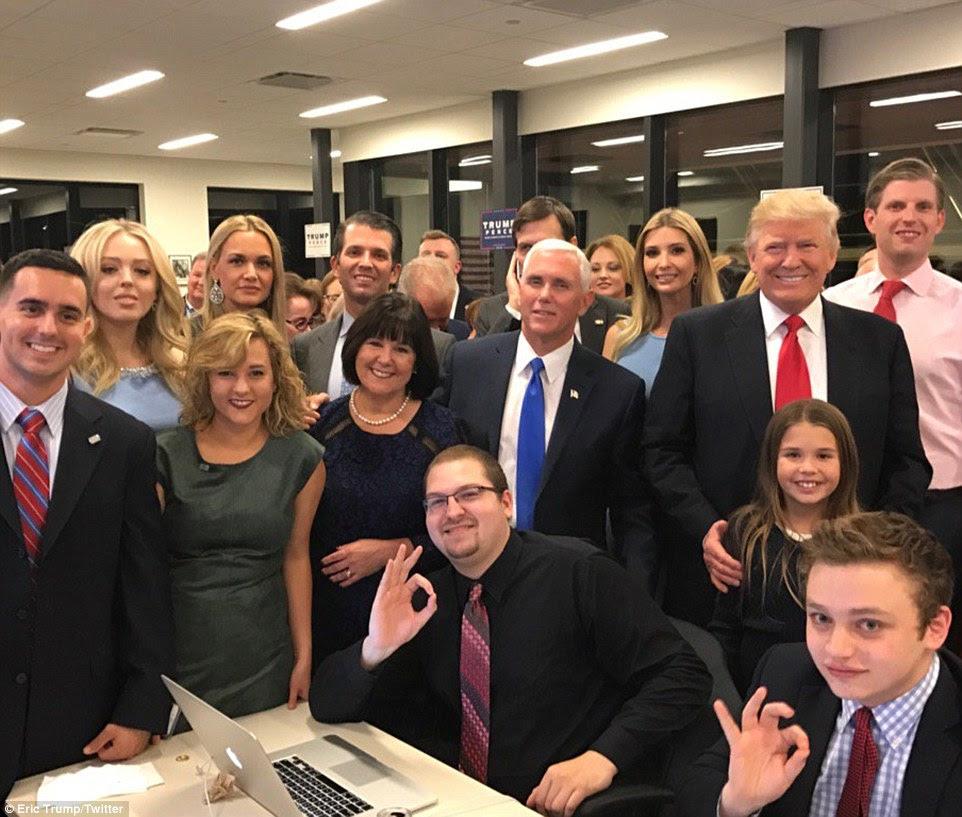 Equipe Trump: Donald Trump, sua família e companheiro de chapa Mike Pence tudo observava os resultados das eleições chegando, mostrado aqui em uma imagem Ivanka Trump postou em seu Twitter feed