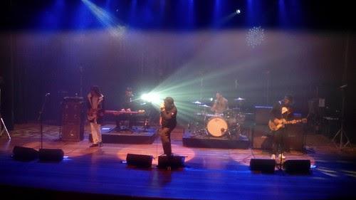 Cachorro Grande toca músicas pedidas por fãs durante show em São Paulo
