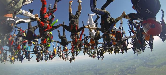 Γέμισε ο ουρανός ανθρώπους -Παγκόσμιο ρεκόρ με 164 άτομα να κάνουν ταυτόχρονα σχηματισμό [εικόνες]