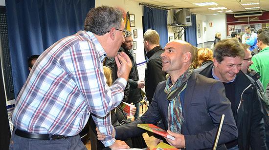 A Paco Jémez, tras varios minutos esperando en la cola, también le llegó el turno de que el autor le firmara un ejemplar de su libro. (© Foto: A. LUQUERO / Vallecasweb.com)