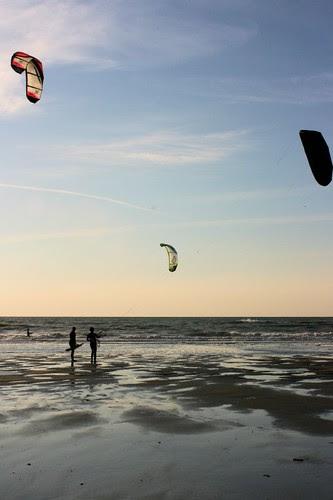 Kitesurfers learning
