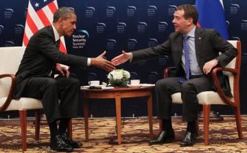 Obama y Medvedev se saludan durante la Cumbre de Seguridad Nuclear en Seúl en 2012.