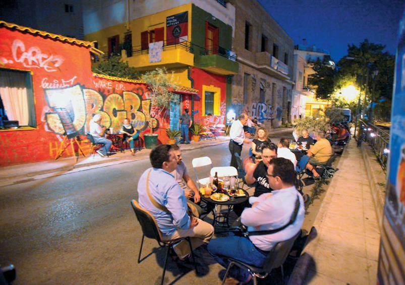 Τραπεζάκια στον δρόμο, μεζέδες, ποτά και παρέες. Το Κέντρο Ημέρας Αστέγων μεταμορφώνεται σε χώρο διασκέδασης