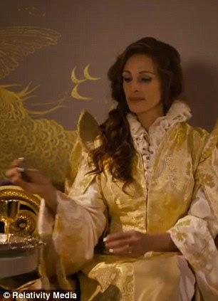 Vingança: A rainha tenta fazer com que a queda Príncipe apaixonado por ela, colocando uma poção mágica em sua bebida