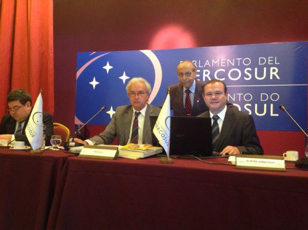 Deputados federais Júlio Campos e Wellington Fagundes com o presidente do Parlasul, Rubén Martínez Huelmo (do Uruguai)