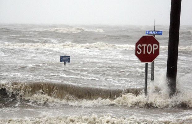 Isaac causa inundações em Mississippi (Foto: Rogelio V. Solis/AP)