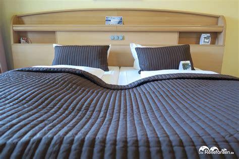 zwei einzelbetten die wie ein doppelbett aussehen im