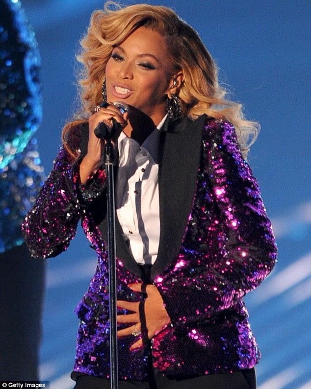 Compartilhando sua alegria: Beyoncé anunciou sua gravidez no MTV Video Music Awards em agosto