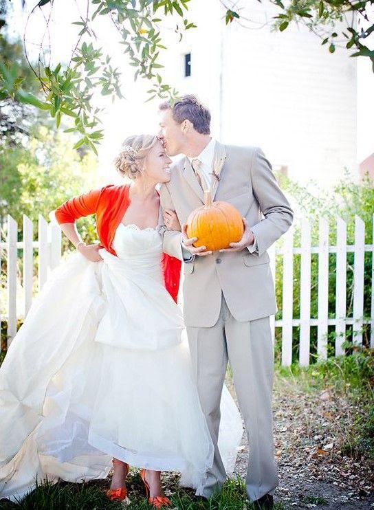 ein burnt orange Strickjacke und passenden Schuhen für einen fröhlichen Herbst-Braut