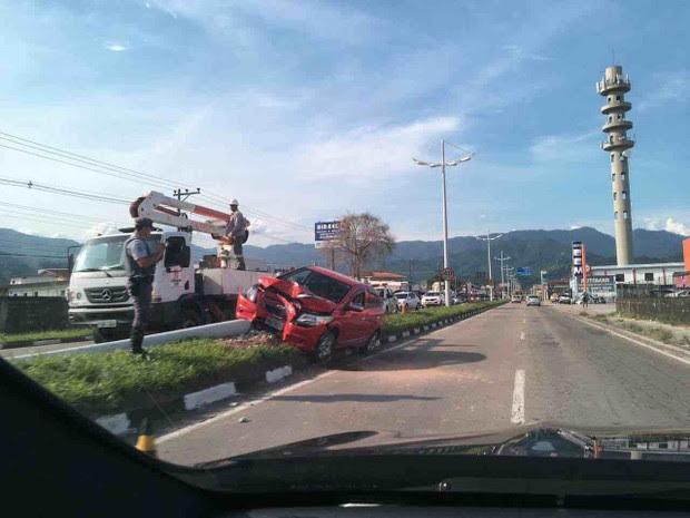Idoso ficou ferido após bater carro em poste (Foto: Vanguarda Repórter/Edwilliame Mendes)