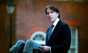Ο Peter Mandelson ανακοινώνοντας μία από τις παραιτήσεις του, το 2001.