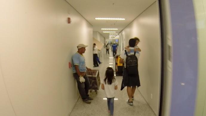 Luis Suárez deixa Natal acompanhado da esposa e filhos (Foto: Luiz Veiga/ Inter TV Cabugi)