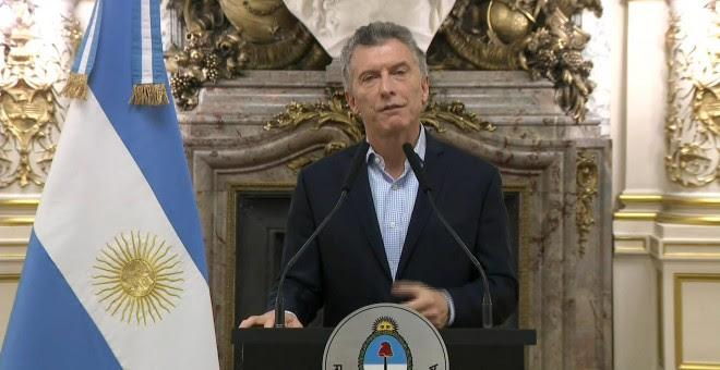 El presidente de Argentina, Mauricio Macri, durante el mensaje en el que ha anunciado que ha iniciado conversaciones con el Fondo Monetario Internacional (FMI) para recibir una 'línea de apoyo financiero'. EFE