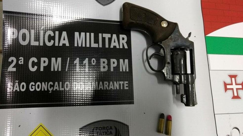 Uma arma foi apreendida com os suspeitos  (Foto: Divulgação/PM)