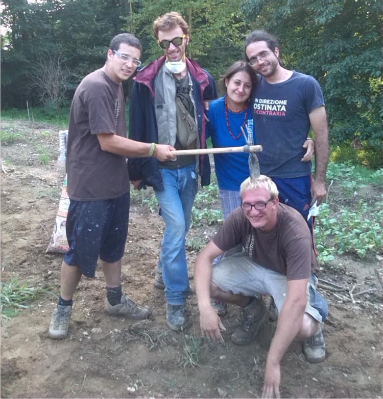 Foto di gruppo al campo in Vallescuria.