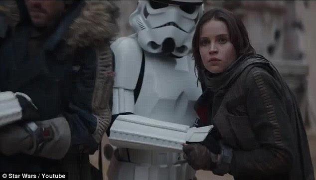 Interessante: Em um ponto, Jyn é mostrado sendo realizada por um Stormtrooper