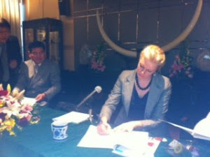 Jag signerar Letter of Intent och bredvid mig står representanter från ZhongRong Group