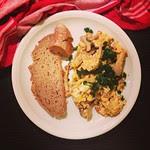 omelette mit austernpilzen und frischem brot