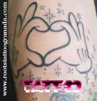 Tatuaje Manos Mickey Mouse Simulando Un Corazón Roots Tattoo Granada
