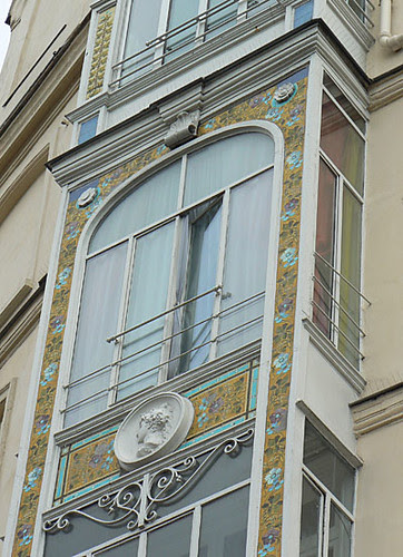 joli bow window.jpg