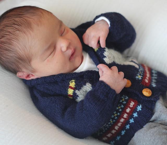 Chandail tricoté pour bébé Svalbard par Kathryn Folkerth