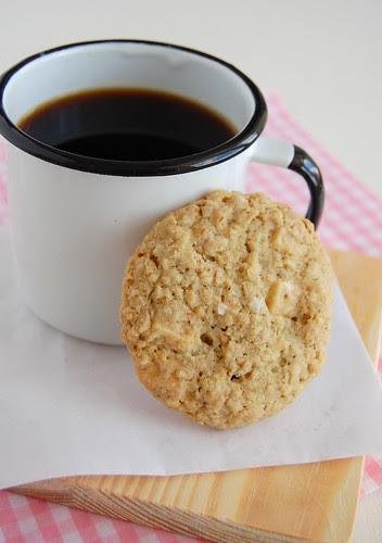 Crispy salted oatmeal white chocolate cookies / Cookies de aveia e chocolate branco com um toque de sal