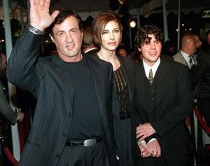 Sylvester Stallone, sua então noiva Jennifer Flavin e Sage Stallone, durante a estreia do filme 'Daylight', em dezembro de 1996 (Foto: Kevork Djansezian/Arquivo Associated Press)