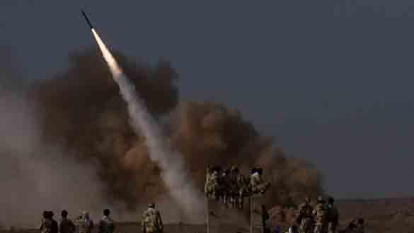Miembros de la Guardia Revolucionaria iraní observan el lanzamiento de un misil tierra-tierra.