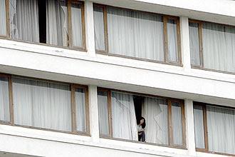 Da janela, refém observa movimentação das forças de segurança indianas em frente ao hotel Oberoi Trident, alvo de terrorismo